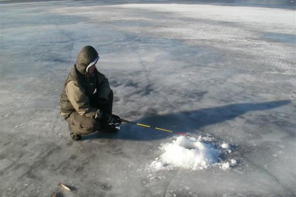 Eisangeln am See in Dänemark