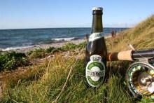 flasche tuborg bier und fliegenrute auf samsö