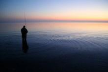 Meerforellenangler vor Sonnenaufgang auf Als