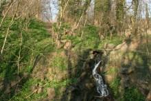 Kleiner Wasserfall am Angelplatz Pissebækken auf Bornholm